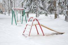 Speelplaats in de winterpark Stock Afbeeldingen