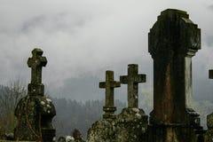 Speelplaats dichtbij begraafplaats een regenachtige bewolkte dag en met mist stock foto