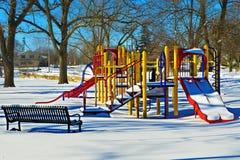 Speelplaats die in sneeuw wordt behandeld Stock Fotografie