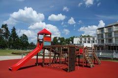 Speelplaats in een voorzijde van de moderne bouw Royalty-vrije Stock Fotografie