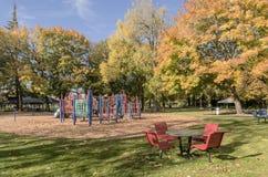 Speelplaats en bomen in Blauw meerpark Oregon Stock Afbeeldingen