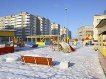Speelplaats en nieuwe gebouwen met meerdere verdiepingen. Royalty-vrije Stock Afbeelding