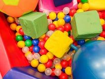 Speelplaats, glijbanen, een speelplaats kleurrijke plastic ballen De vrije tijd van vrolijke kinderen met ballen in de spelpool,  royalty-vrije stock afbeeldingen