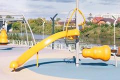 Speelplaats in het park stock fotografie
