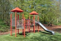Speelplaats met met dia in park Lelystad, Nederland stock afbeelding