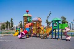 Speelplaats met het spelen op het in het kustpark van Baku stad van de Republiek van Azerbeidzjan Stock Fotografie