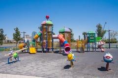 Speelplaats met het spelen op het in het kustpark van Baku stad van de Republiek van Azerbeidzjan Royalty-vrije Stock Fotografie