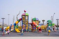 Speelplaats met het spelen op het in het kustpark van Baku stad van de Republiek van Azerbeidzjan, 15 Maart, 2017 Stock Afbeelding