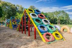 Speelplaats met oude banden voor kinderenspelen dat wordt gebouwd stock afbeeldingen
