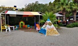 Speelplaats op het strand in familiehotel in Kemer, Mediterrane kust, Turkije stock afbeeldingen