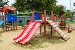 Speelplaats op openbaar park Stock Afbeeldingen