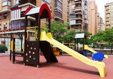 Speelplaats in stadsstraat, niemand Stock Afbeelding