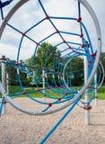 Speelplaats voor kinderen in het park Stock Foto's