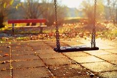 Speelplaatsschommeling in een park stock fotografie