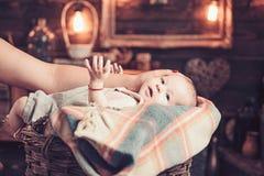 Speels babymeisje met haar mama Snoepje weinig baby Nieuwe het leven en babygeboorte Familie Kinderverzorging De Dag van kinderen royalty-vrije stock fotografie