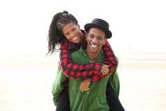 Speels jong paar die in openlucht van genieten royalty-vrije stock fotografie