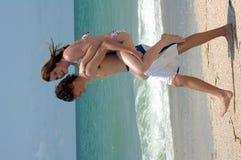 Speels jong strandpaar royalty-vrije stock afbeeldingen