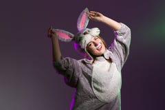 Speels konijnmeisje met afluisteraar stock foto's