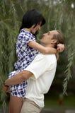 Speels liefdepaar dat in openlucht glimlacht Royalty-vrije Stock Fotografie