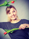 Speels meisje die pret met bloementulpen hebben Royalty-vrije Stock Afbeelding