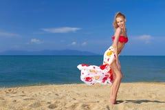 Speels ogenblik met een mooie blonde op het strand Royalty-vrije Stock Fotografie