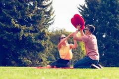 Speels paar in park Stock Afbeelding
