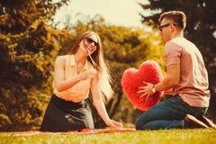 Speels paar in park stock foto