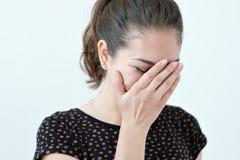 Speels schuw vrouwen verbergend gezicht met haar handen stock foto's