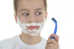 Speels weinig jong jongen het scheren gezicht over wit Stock Fotografie