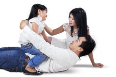 Speelse familie die in de studio lachen Royalty-vrije Stock Foto's