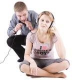 Speelse familiescène met oortelefoons stock foto's