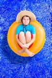 Speelse jonge jongen in een de zomer zwembad stock foto