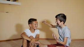 Speelse jongens die gezichten met borstels schilderen stock videobeelden