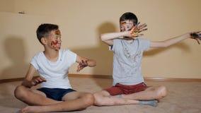 Speelse jongens met gekleurde gezichten stock videobeelden