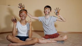 Speelse jongens met gekleurde gezichten stock footage
