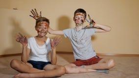 Speelse jongens met gekleurde gezichten stock video