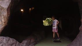 Speelse kinderjaren Meisjespel Mini Golf Outdoor stock videobeelden