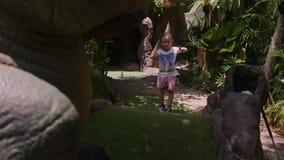 Speelse kinderjaren Meisjespel Mini Golf Outdoor stock footage