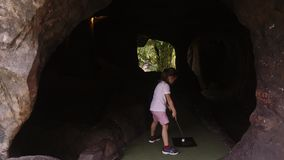 Speelse kinderjaren Meisjespel Mini Golf Outdoor stock video
