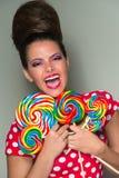Speelse levendige vrouw met lollys Stock Foto