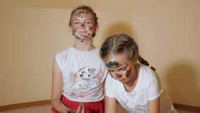 Speelse meisjes die elkaar met verven kleuren stock footage