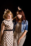 Speelse meisjes die v-Tekens maken royalty-vrije stock fotografie