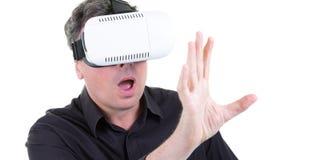 Speelse mens die onderhouden het spelen videospelletjes die virtuele die glazen gebruiken op witte achtergrond worden geïsoleerd royalty-vrije stock foto