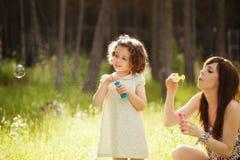 Speelse moeder en dochter Stock Afbeeldingen