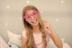 Speelse stemming Meisje met het lange blonde krullende haar stellen met de steunen van de fotocabine Het concept van de pyjama'sp stock afbeelding