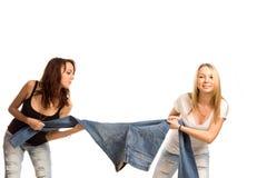 Speelse tienervrienden die een touwtrekwedstrijd hebben Stock Foto