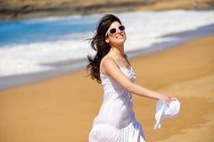 Speelse vrouw die op het strand dansen Stock Foto's