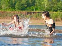 Speelt de dwaas in de rivier Royalty-vrije Stock Foto
