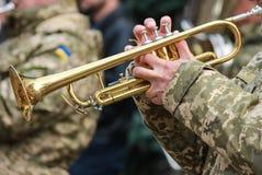Speelt de musicus militaire band van het Oekraïense leger de trompet op maart, stock foto's