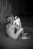 Speelt een meisje en met een kat Royalty-vrije Stock Foto